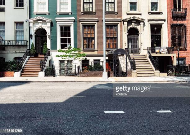 brownstone buildings - street stockfoto's en -beelden