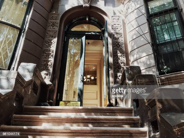 brownstone classic doorway and steps in manhattan new york - piedra caliza fotografías e imágenes de stock
