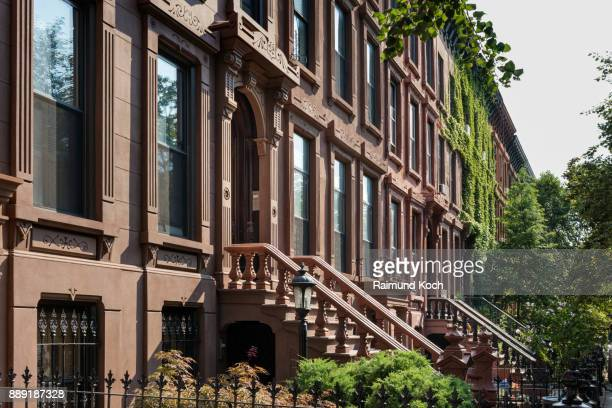 brownstone rowhouses in the bedford-stuyvesant historic district in brooklyn - piedra caliza fotografías e imágenes de stock