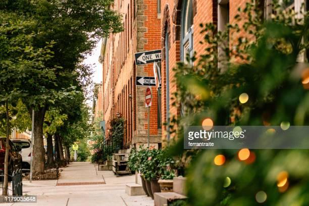 ボルチモアのブラウンストーン通り - メリーランド州 ボルチモア ストックフォトと画像