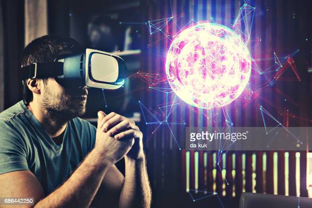 Een virtuele wereld in Virtual Reality bril browsen