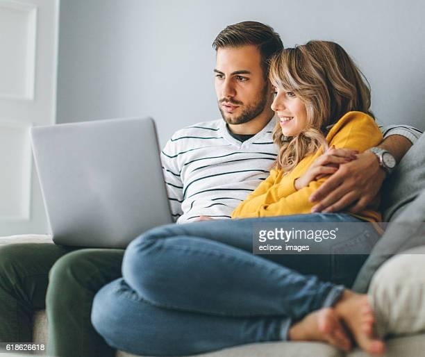 Surfen im Internet zusammen und machen Einkaufen