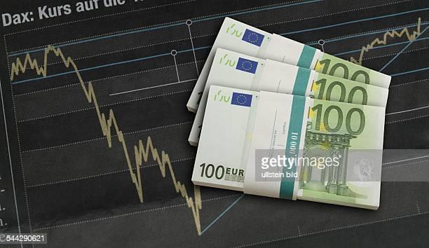 Börse Aktienhandel Daxkurs Geldbündel von 100 Euro Scheinen auf Daxkurve