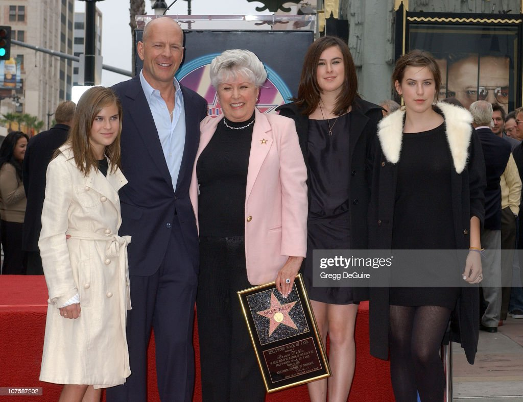 Bruce Willis with his mother Marlene (center), his children Tallulah Willis (left), Rumer Willis (2nd from right), and Scout Willis