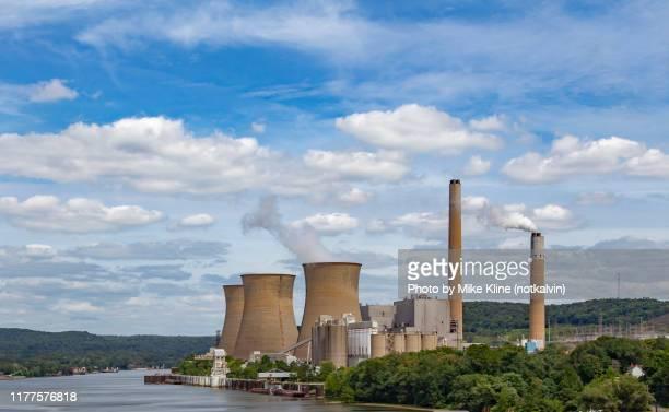bruce-mansfield coal-fired power plant - オハイオ川 ストックフォトと画像