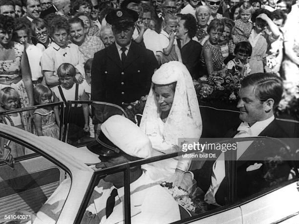 Bruder Ernst Piech Enkel von Porschemit Elisabeth Nordhoff auf derHochzeitsfahrt durch Wolfsburg 1959