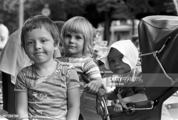 Bruder und zwei Schwesterchen aufgenommen in der Schönhauser Allee in Berlin Prenzlauer Berg im Sommer 1977