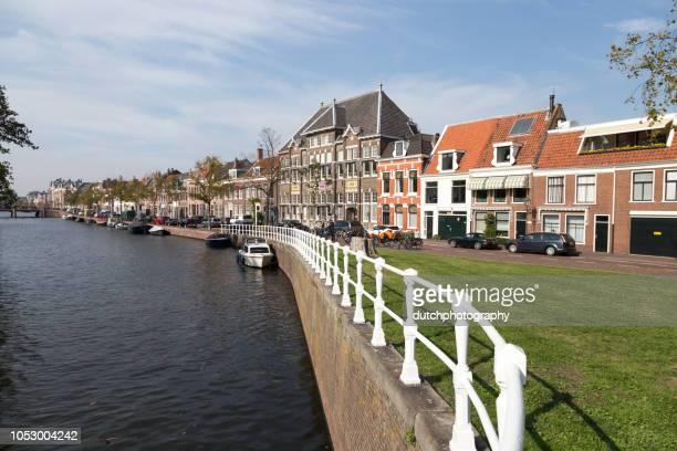 brug met bloemen en touristen in het historisch centrum van haarlem, nederland - quayside stock pictures, royalty-free photos & images