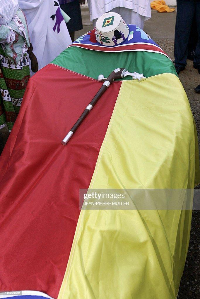 Photo du cerceuil, recouvert du drapeau : Photo d'actualité