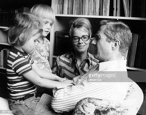 Bruhns, Wibke , Journalistin, D , - mit Ehemann Werner und den Kindern, Meike und Annika, - 1972