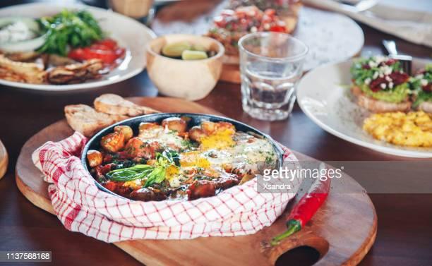 mesa de brunch con varios platos-huevos fritos y crepes - domingo fotografías e imágenes de stock