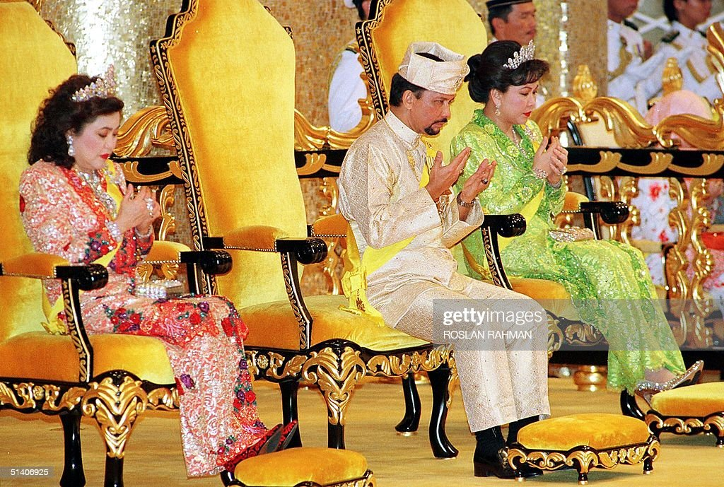 Bruneian Sultan Hassanal Bolkiah (C) and his wives : News Photo
