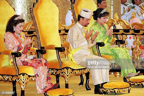 Bruneian Sultan Hassanal Bolkiah and his wives Queen Saleha and Queen Mariam pray to mark the Sultan's 53rd birthday 15 July 1999 at the Istana Nurul...
