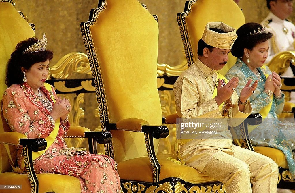 Bruneian Sultan, Hassanal Bolkiah (C) with his wiv : News Photo