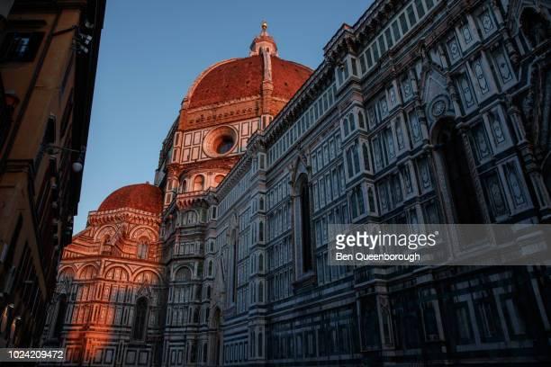 brunelleschi's dome or cupola del brunelleschi on cathedral of santa maria del fiore - kuppel stock-fotos und bilder