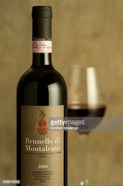 ブルネッロディモンタルチーノワインボトルのディナーセッティング - モンタルチーノ ストックフォトと画像