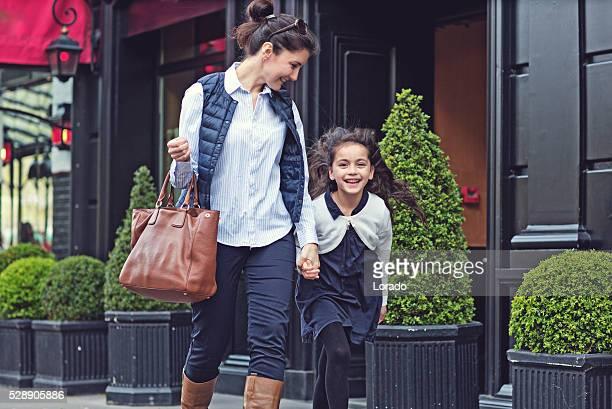 Brünette Mutter und Tochter in die Straßen von Paris zu Fuß auf Frühling Nachmittag