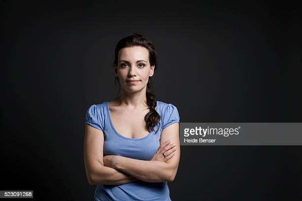 brunette woman with arms crossed - portrait classique photos et images de collection