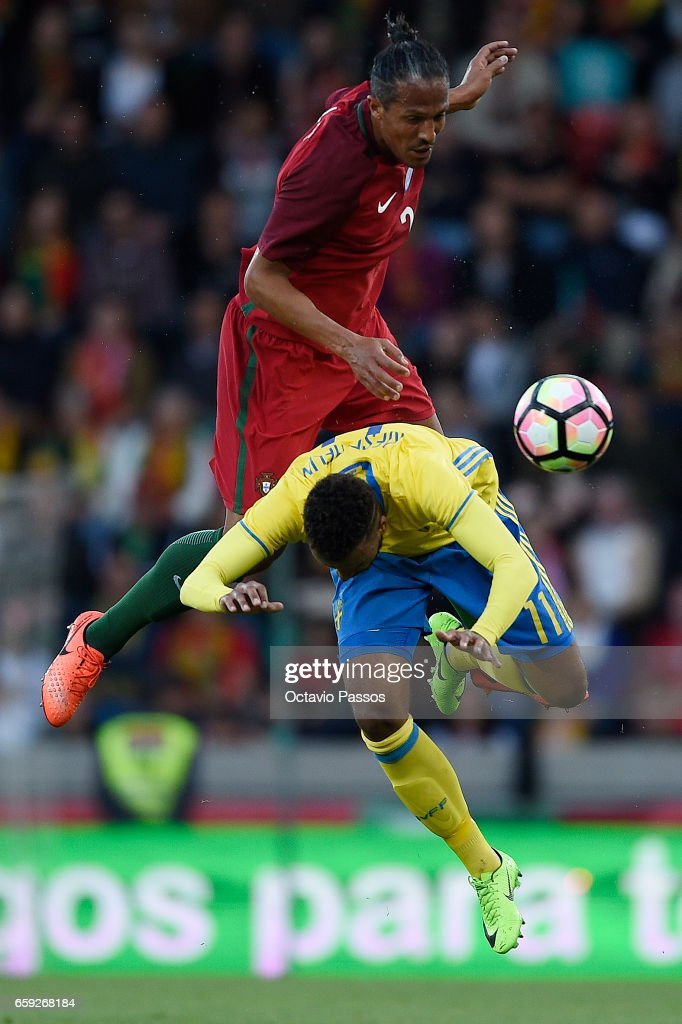 Bruno Alves of Portugal competes for the ball with Viesse Thelin of Sweden during the International friendly match between Portugal and Sweden at Barreiros stadium on March 28, 2017 in Funchal, Madeira, Portugal. (Photo by Octavio Passos/Getty Images).