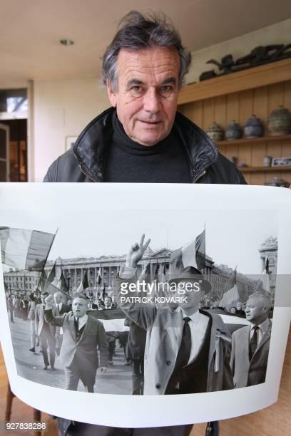 Bruno Barbey photographe de l'agence Magnum présente un tirage grand format d'un de ses clichés réalisé durant les évènements de mai 68 le 26 mars...