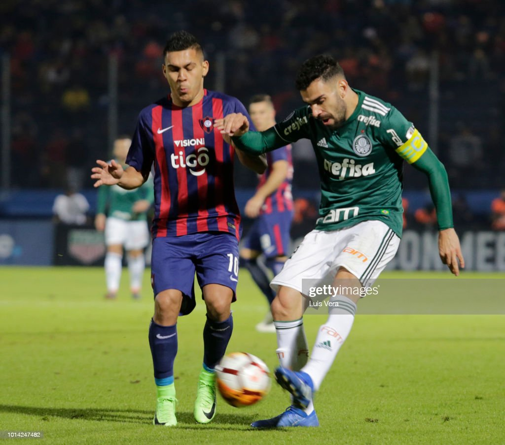 Bruno Corsini of Palmeiras fights for the ball with Jorge Rojas of Cerro Porteño during a round of sixteen match between Cerro Porteno and Palmeiras as part of Copa CONMEBOL Libertadores 2018 at General Pablo Rojas Stadium on August 9, 2018 in Asuncion, Paraguay.