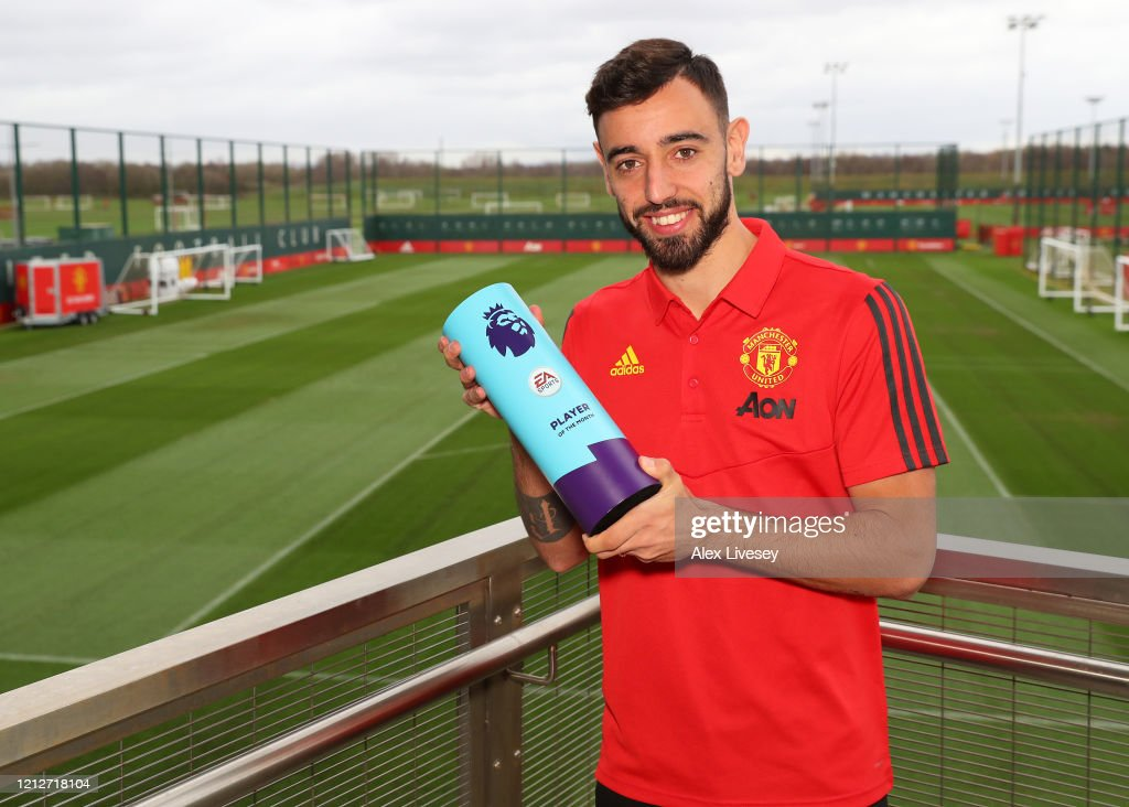 Bruno Fernandes is Presented with the Premier League Player of the Month for February : ニュース写真