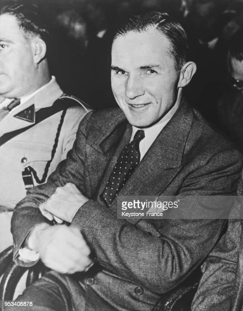 Bruno Hauptmann souriant avec confiance pendant son procès à Flemington New Jersey EtatsUnis en février 1935