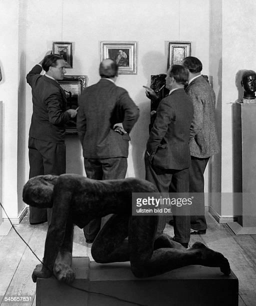 Bruno KrauskopfMaler D mit anderen bei Vorbereitungen zur Berliner Sezession 1932 Aufnahme Genia Levy