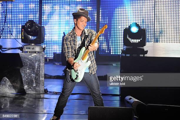 Bruno Mars buergerlich Peter Gene Hernandez der amerikanische RnBSaenger Songwriter und Musikproduzent bei einem Konzert in der Alsterdorfer...