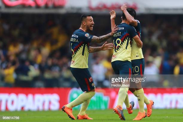 Bruno Valdez of America celebrates with teammates after scoring the second goal of his team during the semifinals second leg match between America...