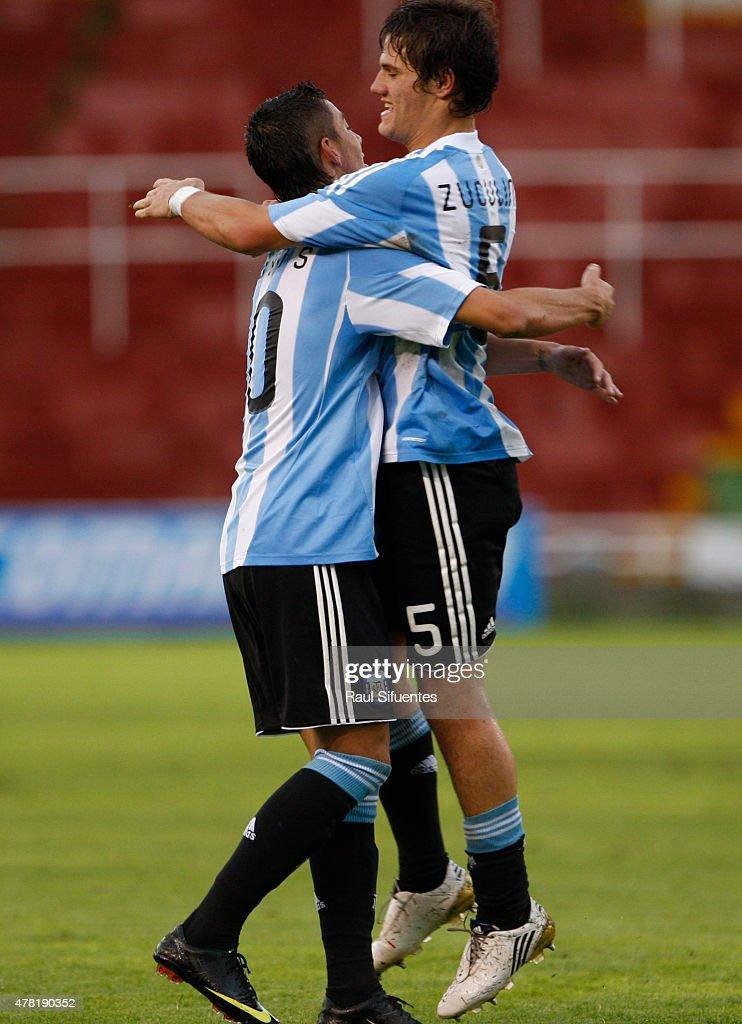 Bruno Zuculini (D) de Argetina celebra su gol durante un partido en el marco del Sudamericano Sub 20 entre las selecciones de Colombia y Argentina el 12 de febrero de 2011 en Arequipa, Perú.