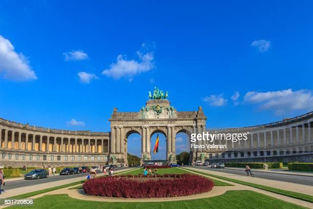 bruxelles, l'arc de triomphe-belgique - drapeau belge photos et images de collection