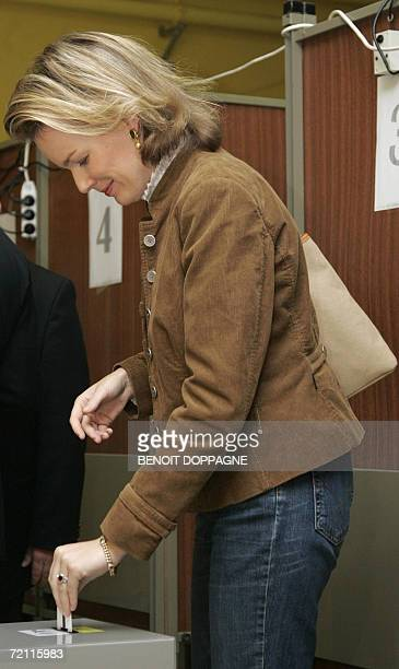 Belgium's Princess Mathilde casts her ballot in a polling station in Brussels 08 October 2006 during the Belgian municipal and provincial elections...