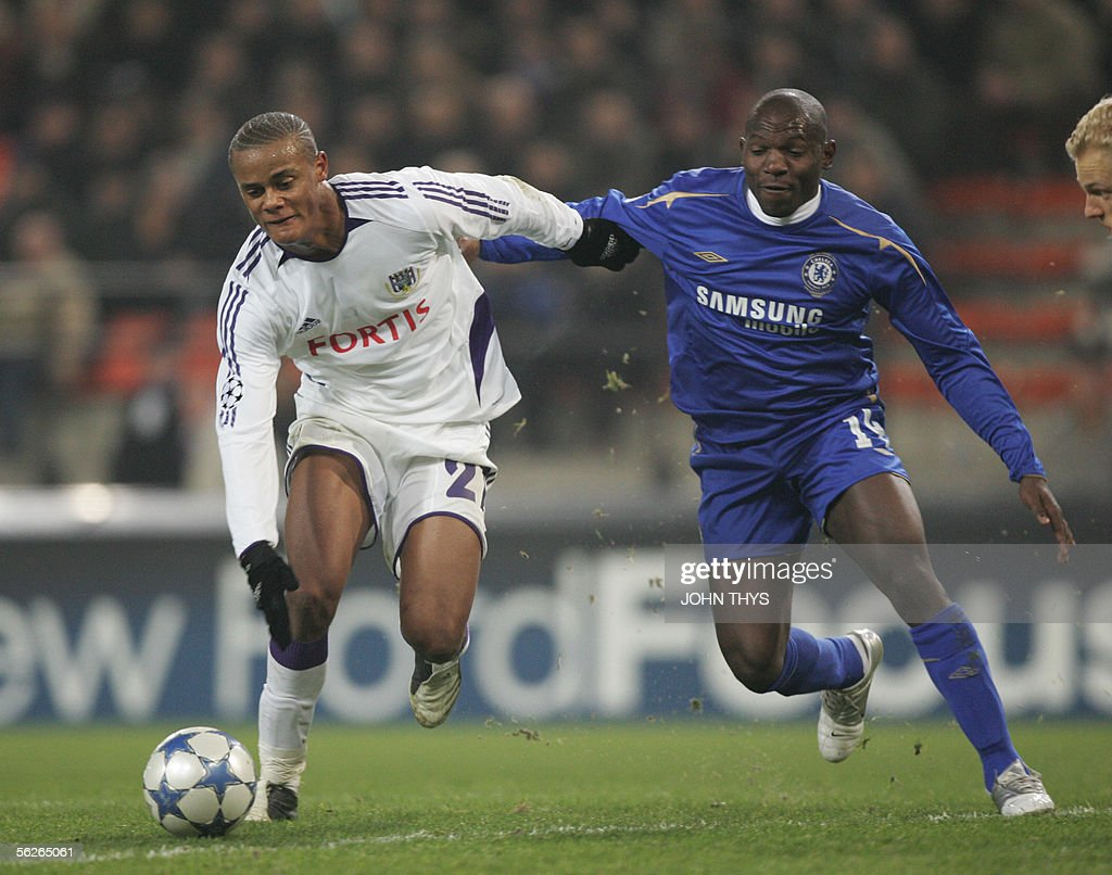 FC Chelsea's (L) Geremi vies for the bal : News Photo