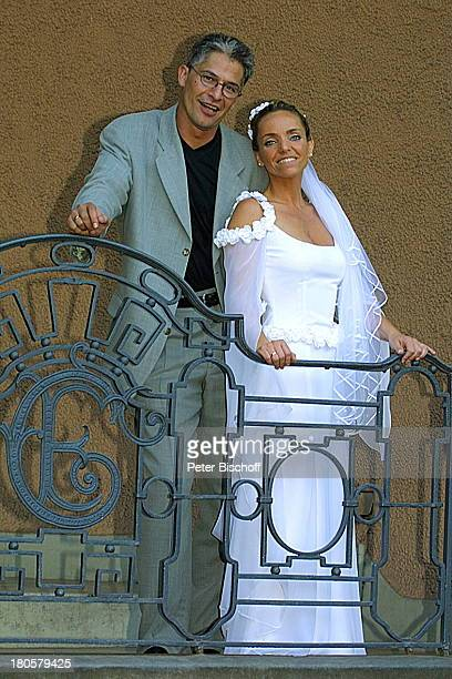 Bräutigam Hansjörg Criens Braut Iris Remmertz Hochzeitsfeier Mönchengladbach Kaiser FriedrichHalle auf dem Balkon nach der kirchlichen Trauung...