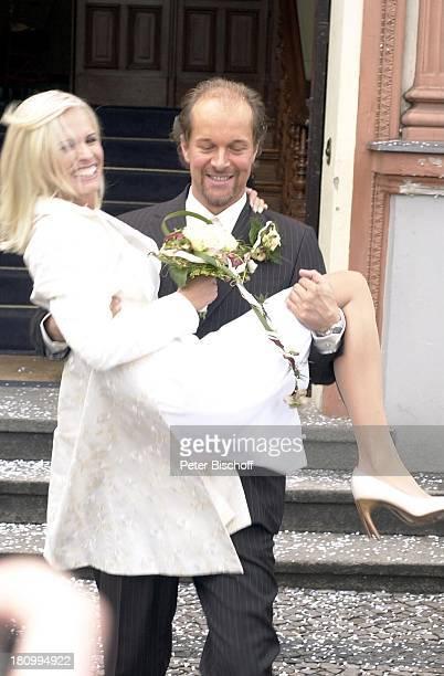 Bräutigam Jochen Horst Braut Tina Ciamperla nach der Trauung vor dem Standesamt AltLiezow Berlin Deutschland EuropaCharlottenburg Braut auf Hände...