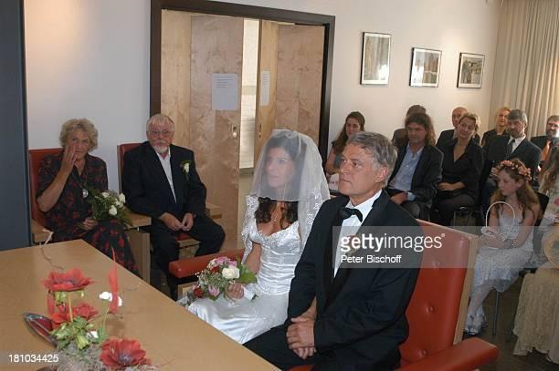 Bräutigam Rüdiger Joswig Braut Claudia Wenzel hinten li ihre Eltern Manfred und Nelly Wenzel Hochzeit Anklam/Mecklenburg Vorpommern Standesamt...