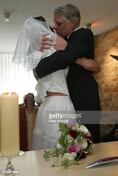 Bräutigam Rüdiger Joswig Braut Claudia Wenzel Hochzeit Anklam/Mecklenburg Vorpommern Standesamt Hochzeitsfeier standesamtliche Trauung Kuß küssen...