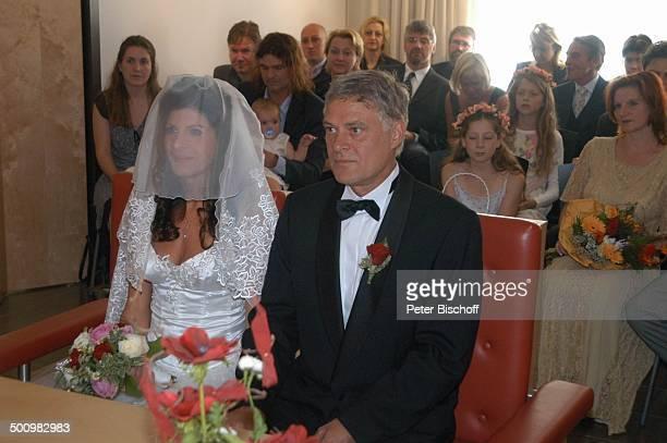 Bräutigam Rüdiger Joswig Braut Claudia Wenzel im Hintergrund Nastasja Wegner Selina Kaiser Hochzeit Anklam/Mecklenburg Vorpommern Standesamt...