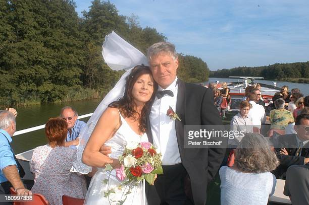 Bräutigam Rüdiger Joswig Braut Claudia Wenzel mit Hochzeit Bootsfahrt MS Hansestadt Demmin auf der Peene Hochzeitsfeier Brautkleid Brautstrauß...