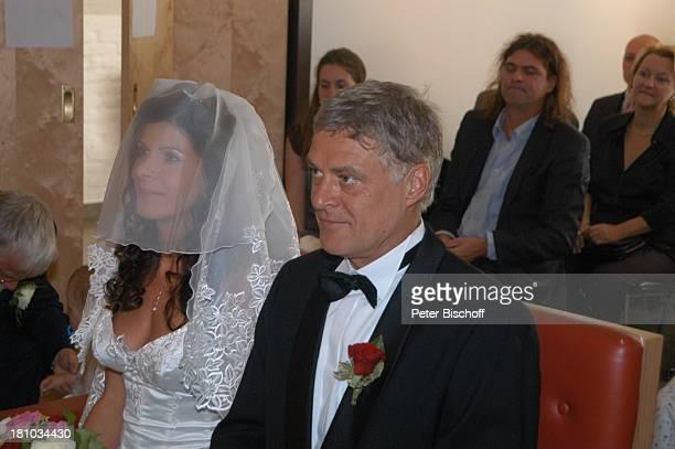 Bräutigam Rüdiger Joswig und Braut Claudia Wenzel, dahinter ihr Bruder Hans-Eckhardt Wenzel , Hochzeit, Anklam/Mecklenburg Vorpommern, , Standesamt,...