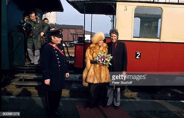 Bräutigam Rudi Carrell Braut Anke Carrell BruchhausenVilsen Deutschland Bahnhof Eisenbahn Wggon Schaffner Blumen Brautstrauß BrautPaar Heirat...