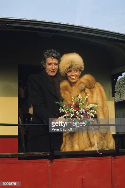 Bräutigam Rudi Carrell Braut Anke Carrell BruchhausenVilsen Deutschland Eisenbahn Waggon BrautStrauß Blumen BrautPaar Heirat heiraten Hochzeit...