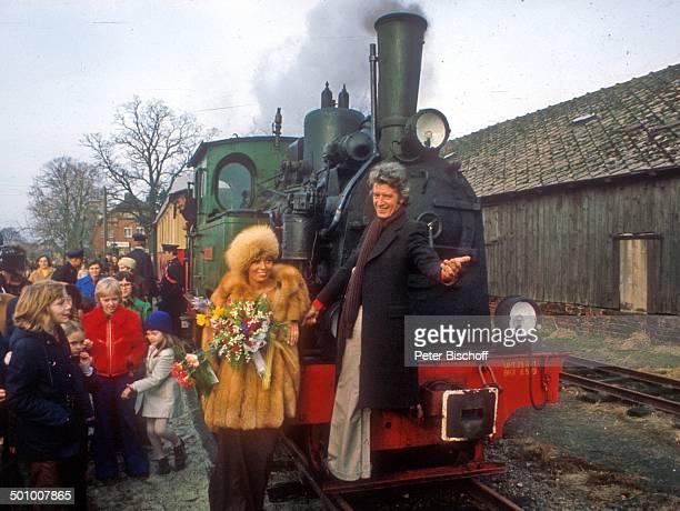 Bräutigam Rudi Carrell, Braut Anke Carrell , Bruchhausen-Vilsen , Deutschland, , Bahnhof, Lokomotive, Eisenbahn, Waggon, Schaffner, Uniform, Blumen,...