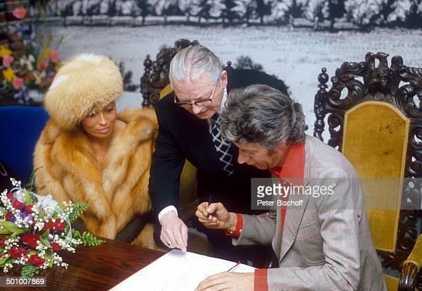 Bräutigam Rudi Carrell Braut Anke Carrell Standesbeamter BruchhausenVilsen Deutschland Brautstrauß Unterschrift unterschreiben Blumen BrautPaar...