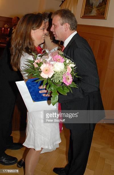 Bräutigam Sven Hoep AdoptivSchwester Karoline Simang nach standesamtlicher Trauung Hochzeitsfeier Hochzeit von Sven Hoep mit E l k e Hoep Standesamt...