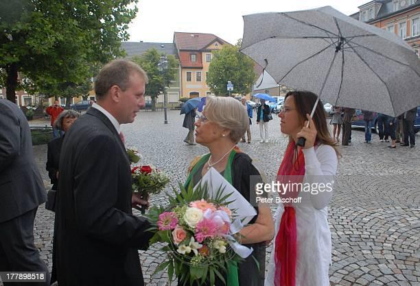 Bräutigam Sven Hoep , Tante Ursula Böhme , Adoptiv-Schwester Karoline Simang , Ankunft vor standesamtlicher Trauung, Hochzeitsfeier, Hochzeit von...