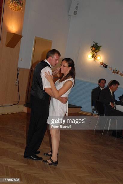 Bräutigam Sven Hoep tanzt mit AdoptivSchwester Karoline Simang Hochzeitsfeier Hochzeit Sven und E l k e Hoep HotelRestaurant FriedrichsTanneck...
