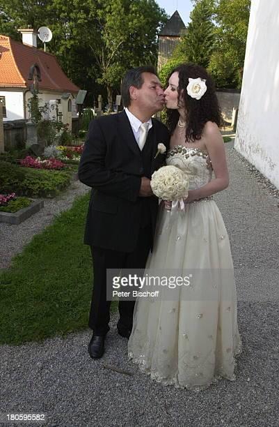 Bräutigam Waldemar Hartmann Braut Petra Pöllmann Starnberg 'StJosefKirche' Hochzeit Brautstrauß Brautkleid küssen Kuß