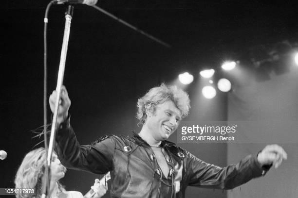 Bruxelles Belgique 6 février 1981 Le chanteur Johnny HALLYDAY se produit sur la scène du Forest National à Forest dans la banlieue sud de Bruxelles...